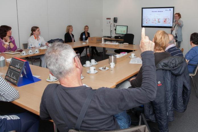 groepsvoorlichting dialyse, Martien van Baardwijk - Schenk, patiënten De voorlichting in groepen levert veel tijdwinst op en zorgt ervoor dat deelnemers zien en voelen dat ze 'niet de enige zijn'. Foto Frederike Slieker