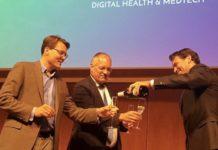 Foto (vrij van rechten): Bij de bekendmaking tijdens het StartupFest Europe, vieren ZKH Prins Constantijn (links) en dr E. Gerritsen (secretaris-generaal Ministerie VWS) met Rogier Barents (rechts, namens BSMF) de toekenning van de SEED Capital-regeling.