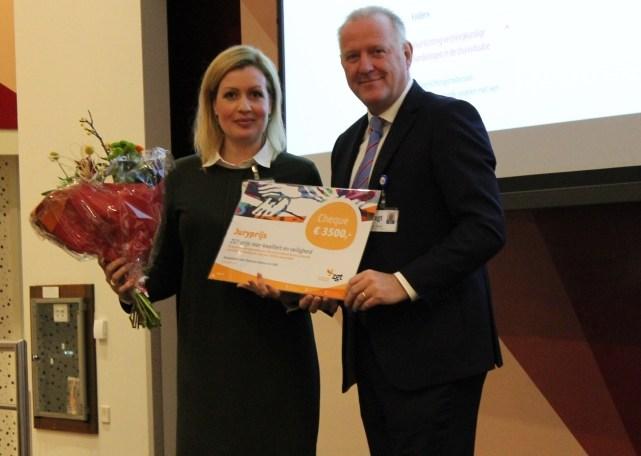 Winnaar Anne Bilman, unithoofd PAAZ en Ton Ruikes, voorzitter Raad van Bestuur bij de uitreiking van de K&V prijs in ZGT.