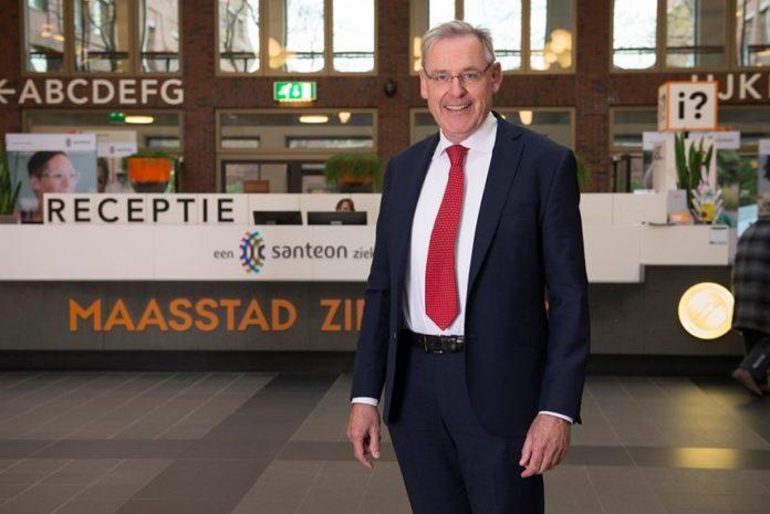 Foto: Johan Dorresteijn in de centrale hal van het Maasstad Ziekenhuis