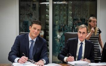 Henk Valk, CEO Philips Benelux en Laurens van der Tang, CEO VitalHealth tekenen voor overname