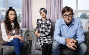 Louis Theroux met anorexiapatiënten Rosie (l) en Ifsana