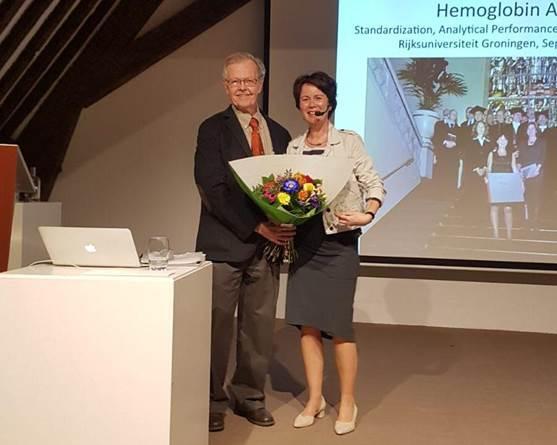 Erna Lenters-Westra (rechts) ontvangt de Westgard Award uit handen van Dr. James O. Westgard.