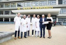 TeamNL chefarts Cees-Rein van den Hoogenband reikt een plaquette van NOC*NSF uit als erkenning voor geleverde sportmedische zorg door medisch specialisten van de vakgroepen longgeneeskunde, radiologie en orthopedie van het St. Anna Ziekenhuis.