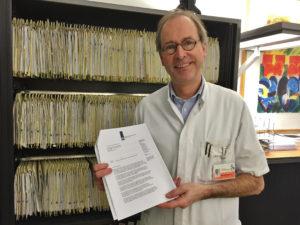 Foto: Internist dr. Eric van Bommel met de ministeriële brief waarin zijn RPF-polikliniek in 2015 is erkend als nationaal expertisecentrum.
