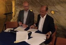 Bestuurders Harjan van Dam (Certe) en Ate van der Zee (UMCG) ondertekenen de samenwerkingsovereenkomst