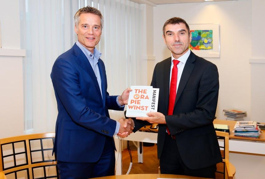 Marc Verbraak (P3NL) overhandigt staatsecretaris het boek. Foto: Roy Borghouts