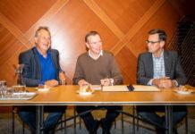 Minister Bruno Bruins ondertekent op het ministerie van VWS samen met vertegenwoordigers van Ambulance Zorg Nederland en Zorgverzekeraars Nederland het actieplan ambulancezorg. Beeld: ©Ministerie van VWS