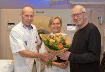 De heer Smitz uit Almere (rechts) is de eerste patiënt bij wie een hartonderzoek met de CT-scanner in het Flevoziekenhuis werd uitgevoerd. Het onderzoek is goed verlopen. Hij wordt na afloop in de bloemetjes gezet door cardioloog Nick Bijsterveld (links) en radioloog Hanneke de Bruine (midden).
