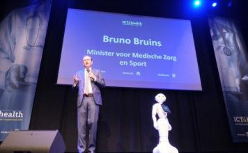 Minister voor Medische Zorg en Sport Bruno Bruins gaf samen met zorgrobot Phi het startsignaal van de e-healthweek tijdens de ICT&health Openingsmanifestatie in Louwman Museum, Den Haag. Foto: Stefan Segers Fotografie.