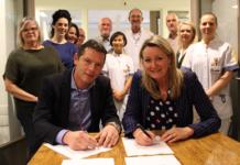 Peter Langenbach, voorzitter raad van bestuur Maasstad Ziekenhuis en Heidi van den Brink, voorzitter raad van bestuur Huisartsenposten Rijnmond ondertekenen de intentieovereenkomst.