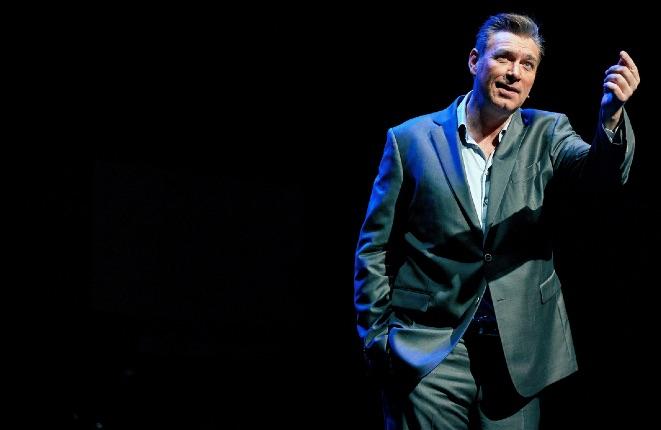 Haagse cabaretier Sjaak Bral wordt ambassadeur van de Onbeperkt070-prijs. © Martijn Beekman