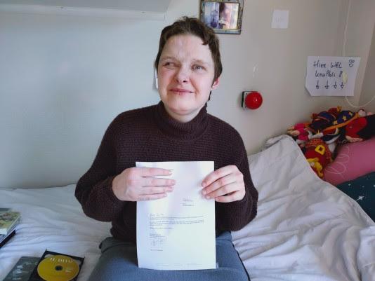 Foto: Christa met haar brief van de koning. Foto 's Heeren Loo.